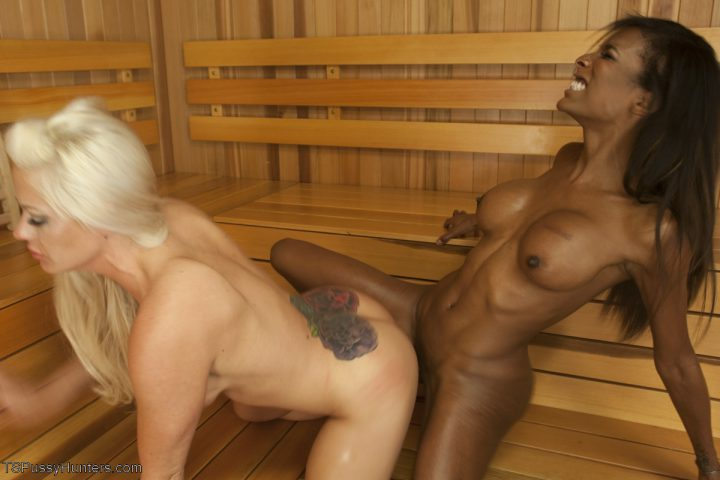 голые негритянка с белой девкой в сауне страстно парятся