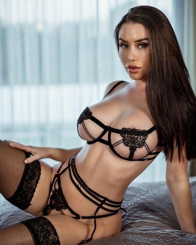брюнетка в сексуально-эротическом белье и в кружевных чулках