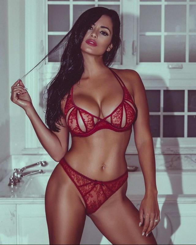 горячая мулатка с большой грудью и попой в красном прозрачном белье