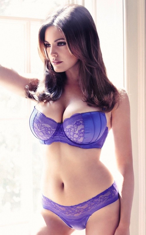 мамка с большой грудью фоткается у окна