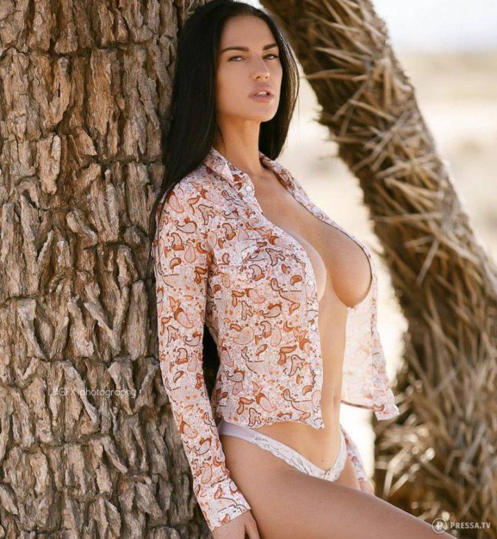 расстегнула рубашку и показала свою большую грудь