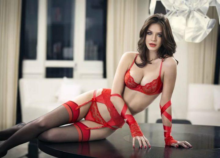 страстная милфа в красном на столе