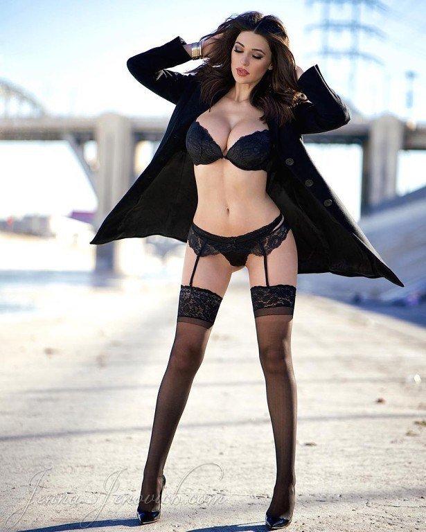 расстегнула пальто и показала свои женские прелести в полный рост