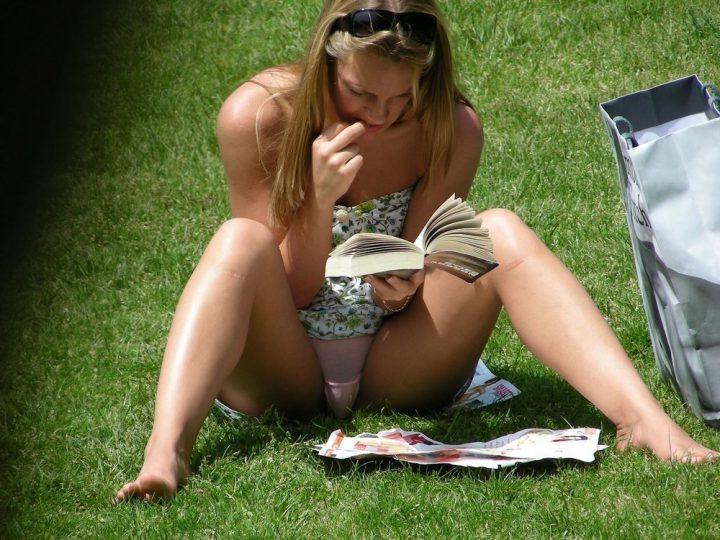 как она зачитывается книгой! приятно посмотреть!