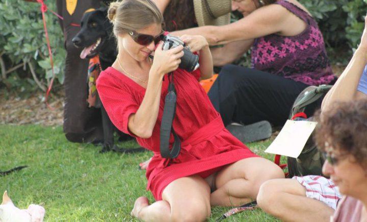 девушка в красном платье с камерой