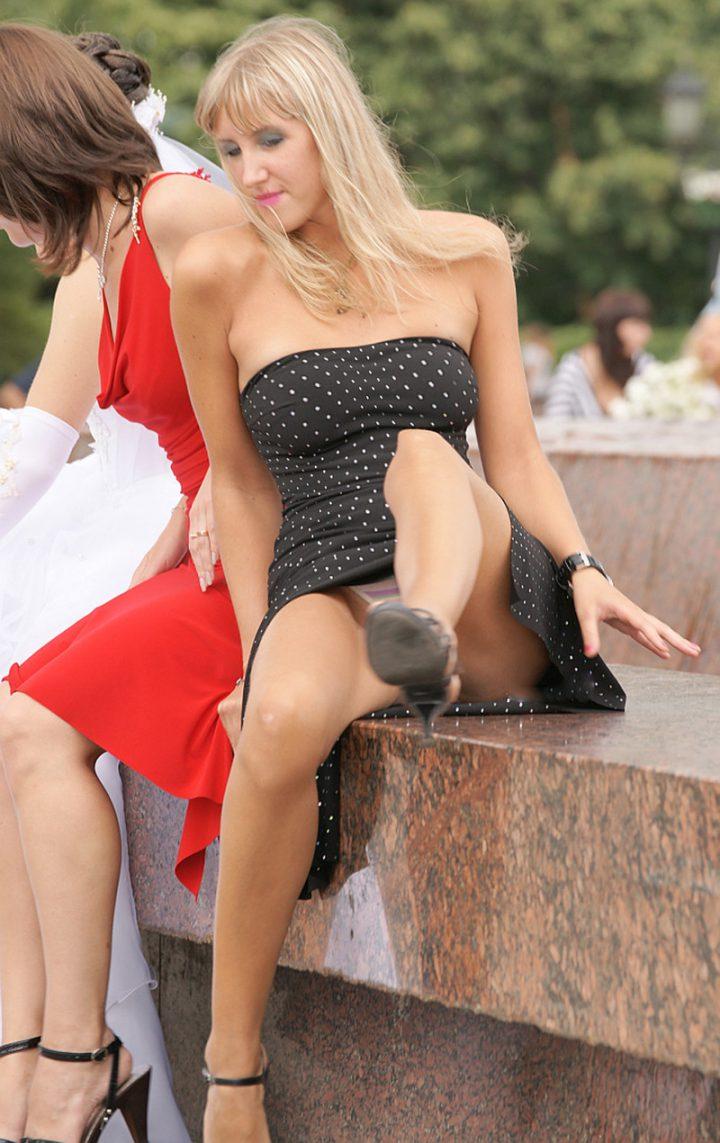 девушка задрала ногу на фонтане