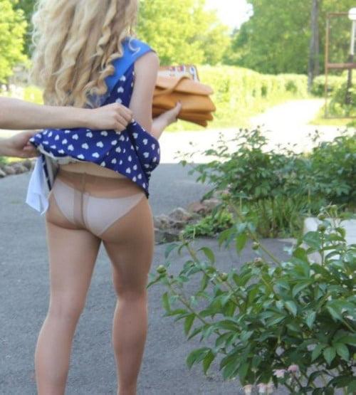 пранкер - шутник задрал вверх платье девушки