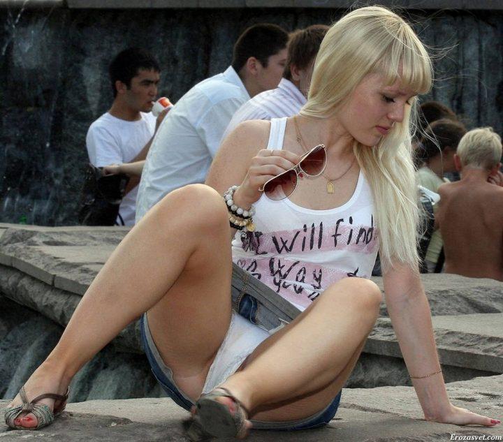 симпатичная блондинка в белой маечке и джинсовой мини-юбке