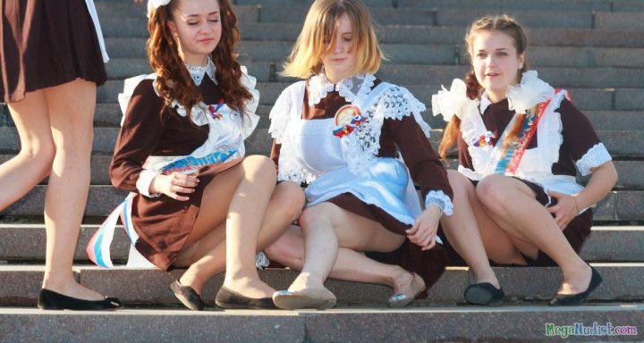 школьницы в коротеньких платьях светят своими женскими прелестями между ног