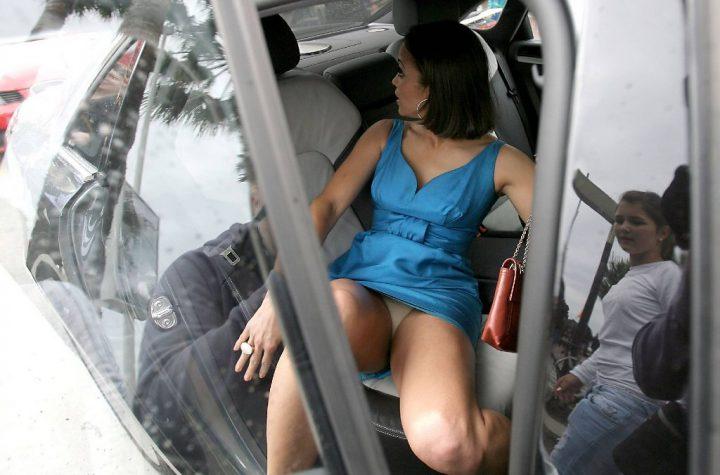 в коротком платье в салоне авто