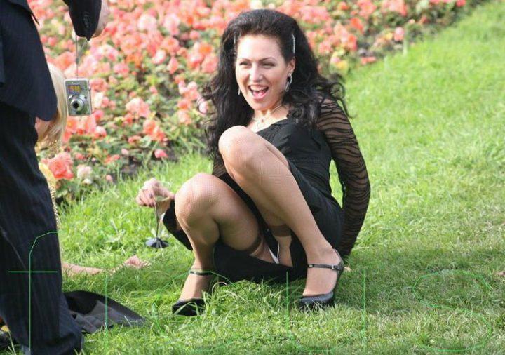 знойная женщина в черно платье и чулках