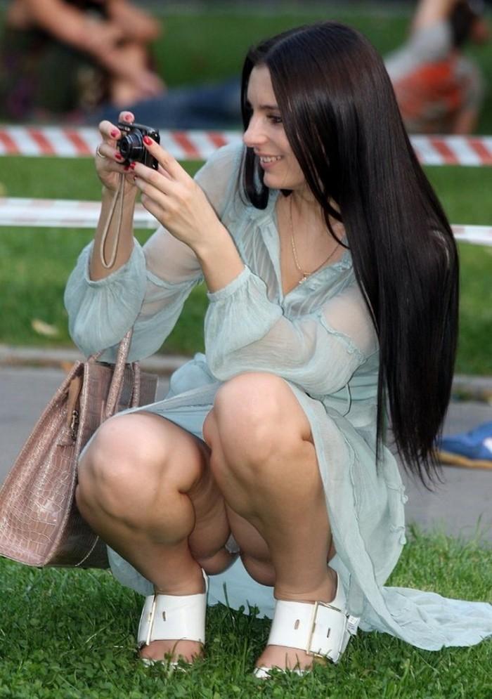 роскошная брюнетка в прозрачном голубом платье