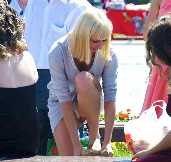 дамочка снимает свои колготки на улице