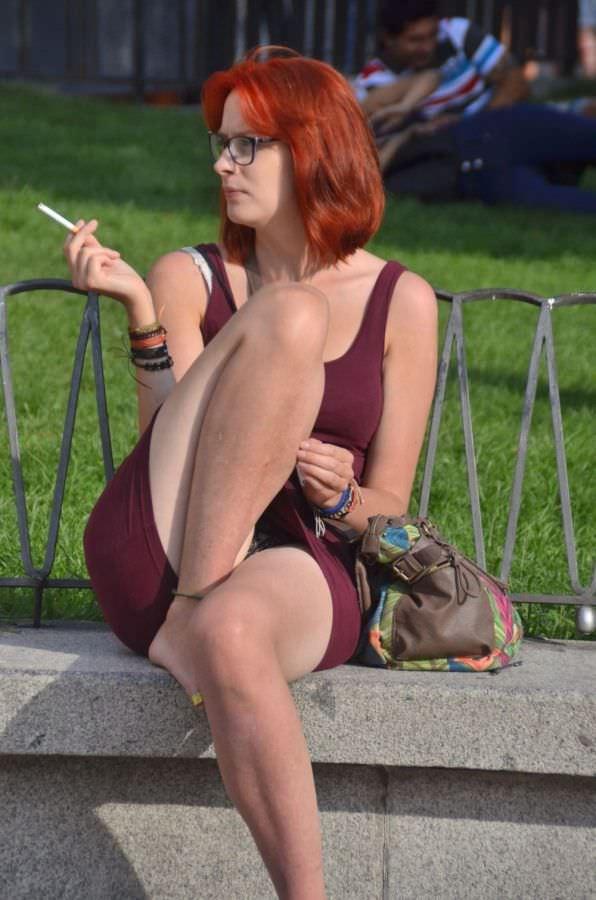 рыжеволосая бестия курит на скамейке