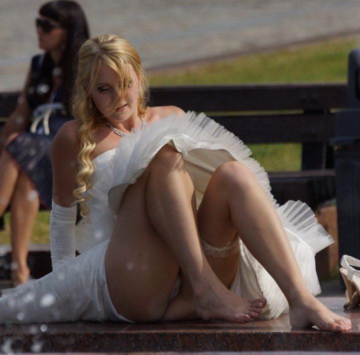 невеста у фонтана задрала ноги, показав всем свое белье