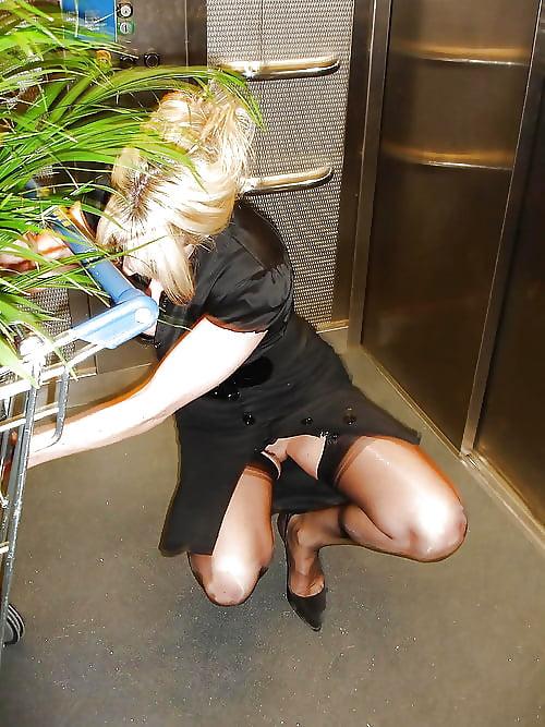 дама без белья и в черных чулках присела, раздвинув ноги
