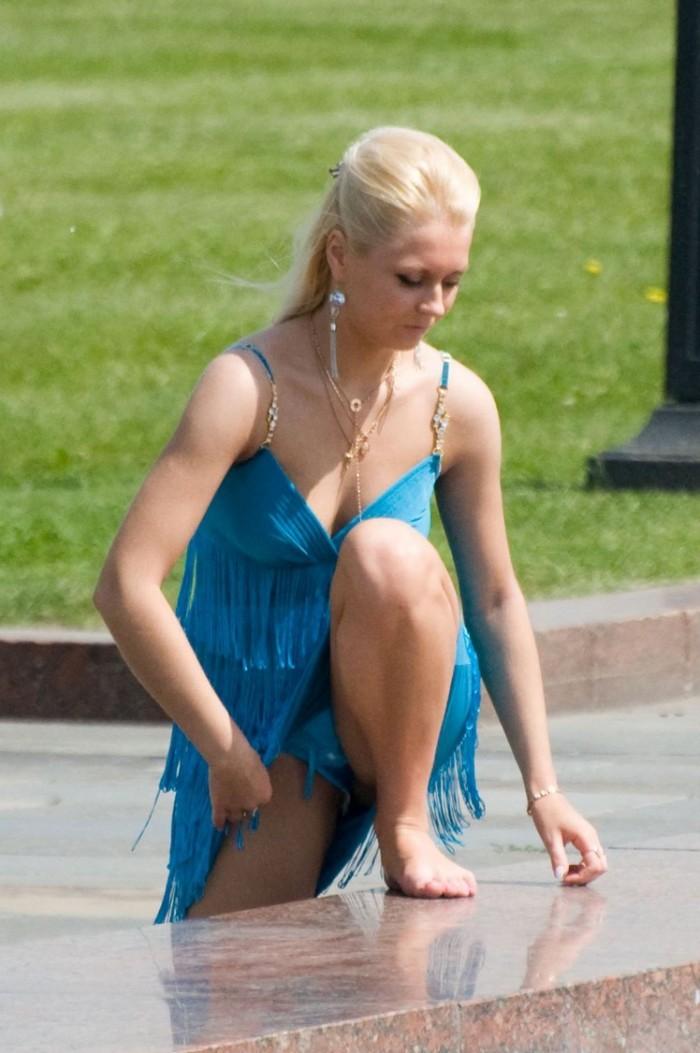 задрала ногу в коротком платье