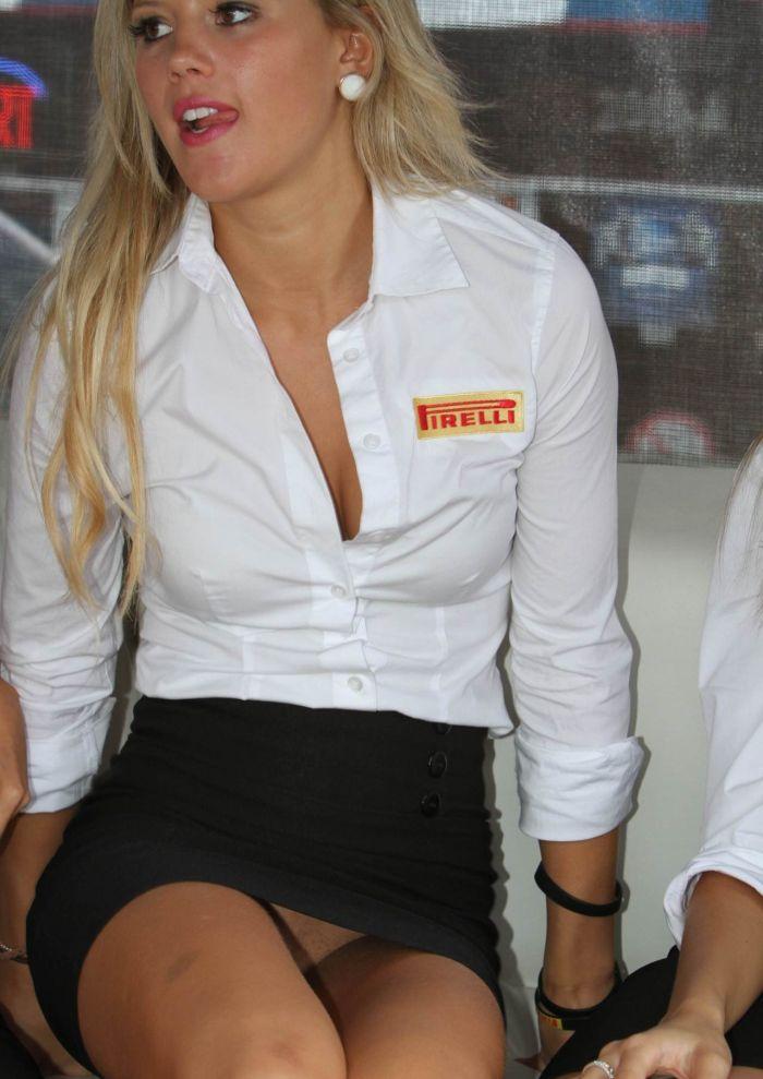 частное фото официантки в коротеньком мини из соцсети