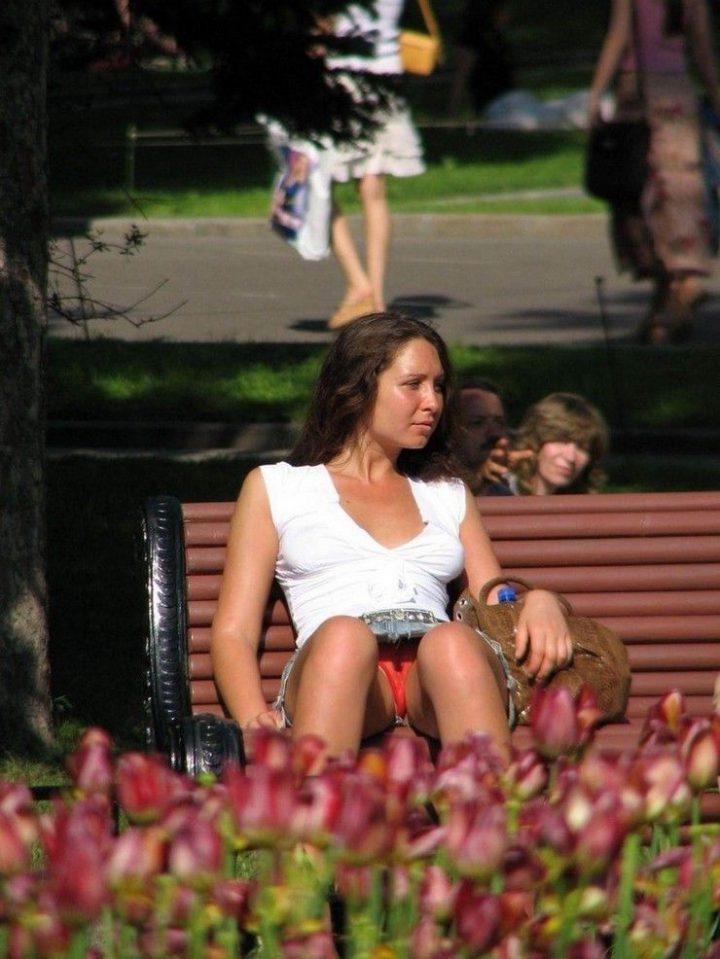 Дама на скамейке светит своими красными трусиками