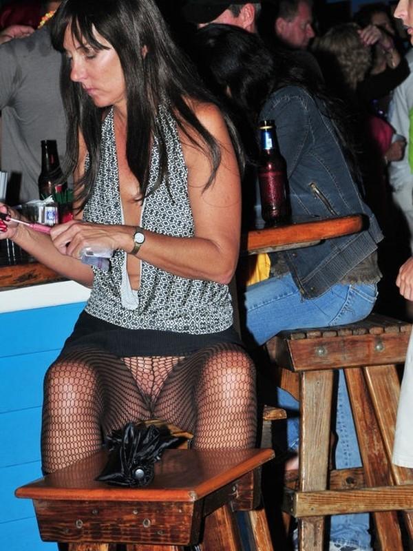Зрелая баба в баре на стуле без трусов в колготках в крупную сетку