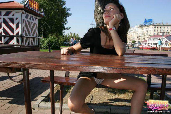 Дама в летнем кафе раздвинула свои ножки