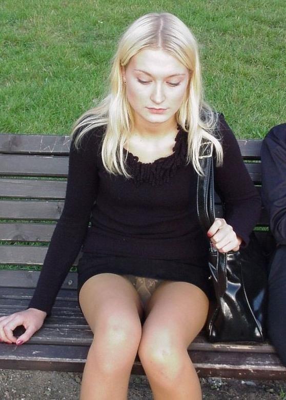 Красотка задумалась на лавочке и засветила свои женские прелести между ног