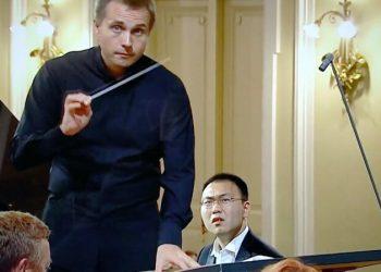 Китайский пианист во время выступления на конкурсе Чайковского обнаружил, что у него с оркестром разные ноты (4фото+1видео)