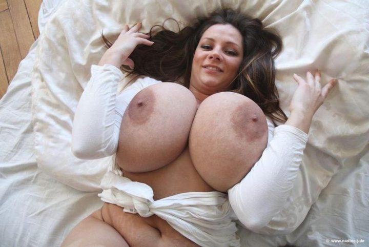 красотка с огромными дойками на белой постели