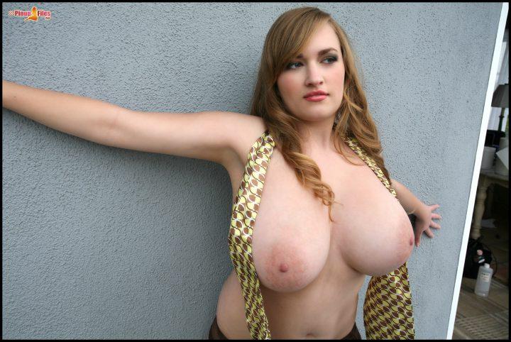горячая девчонка с огромными сисями