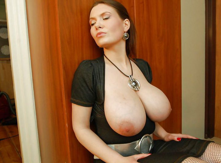 дама из России с шикарным бюстом в коротеньком платье с декольте