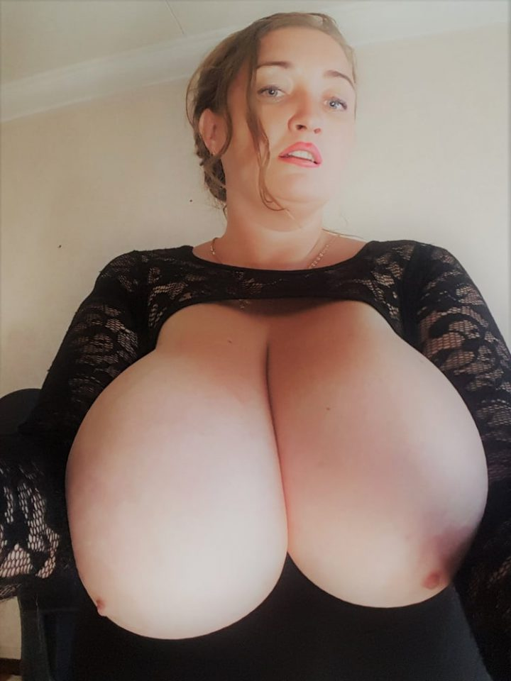мамка с огромной голой грудью на показ делает домашнее селфи