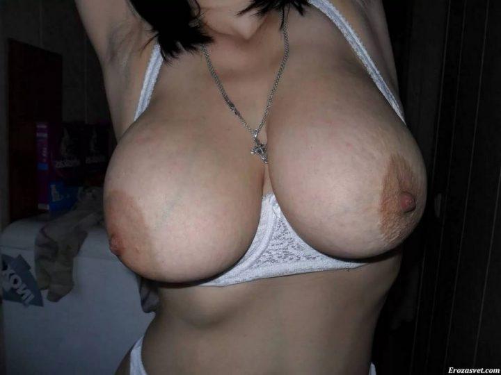 большая натуральная грудь крупным планом