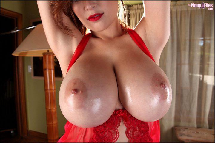 женщина в красном пеньюаре в своей спальне