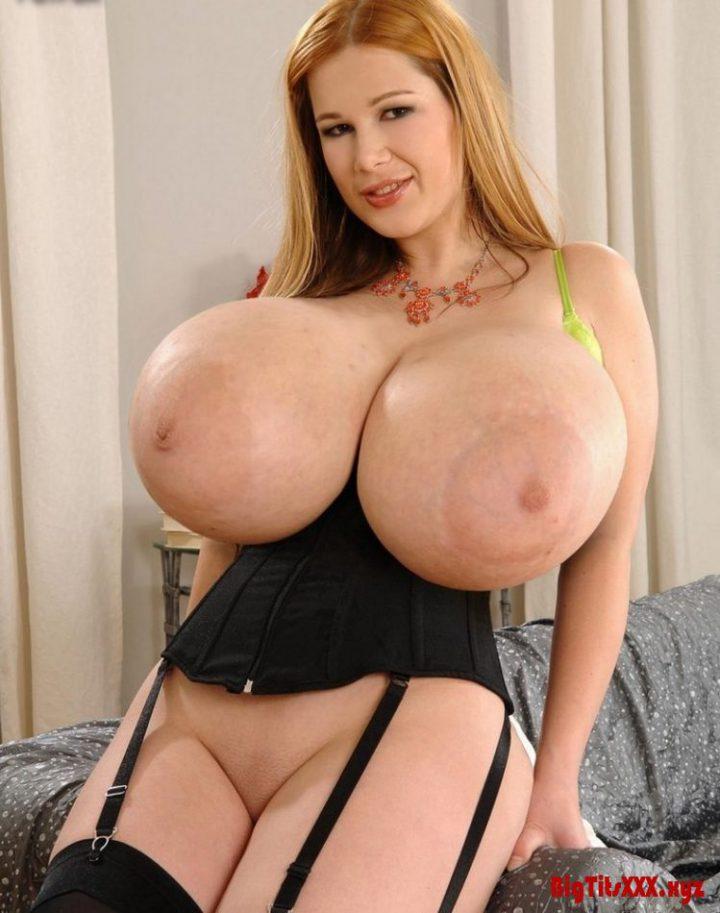рыжеволосая дама с огромной грудью в черном корсете с подвязками для чулок