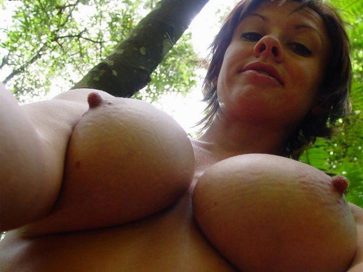 не совсем упругие груди дамы в возрасте снизу