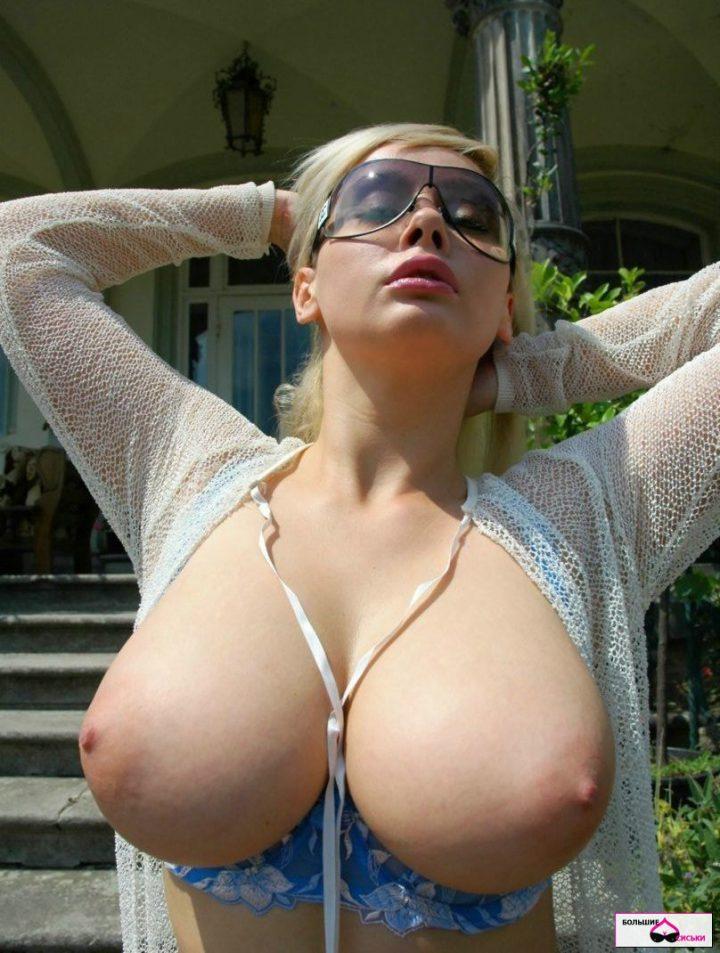 женщина с большими стоячими буферами в солнцезащитных очках
