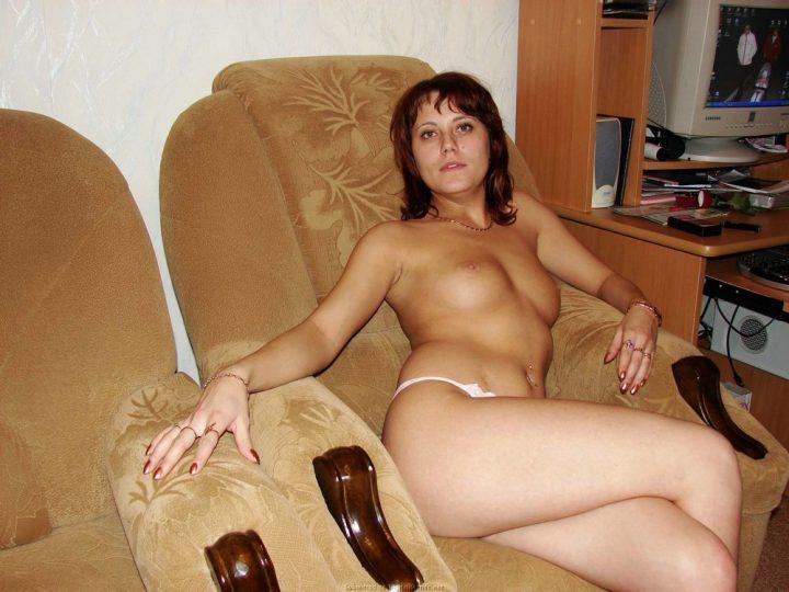 женщина в возрасте обнаженная в  домашнем кресле