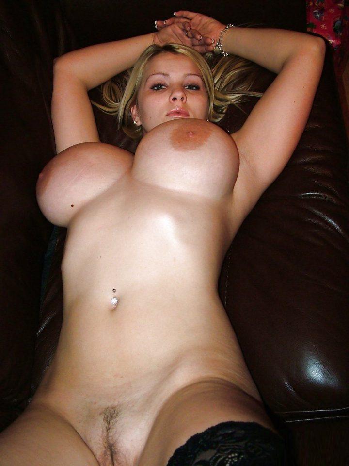 стройная блондинка с очень большой натуральной грудью