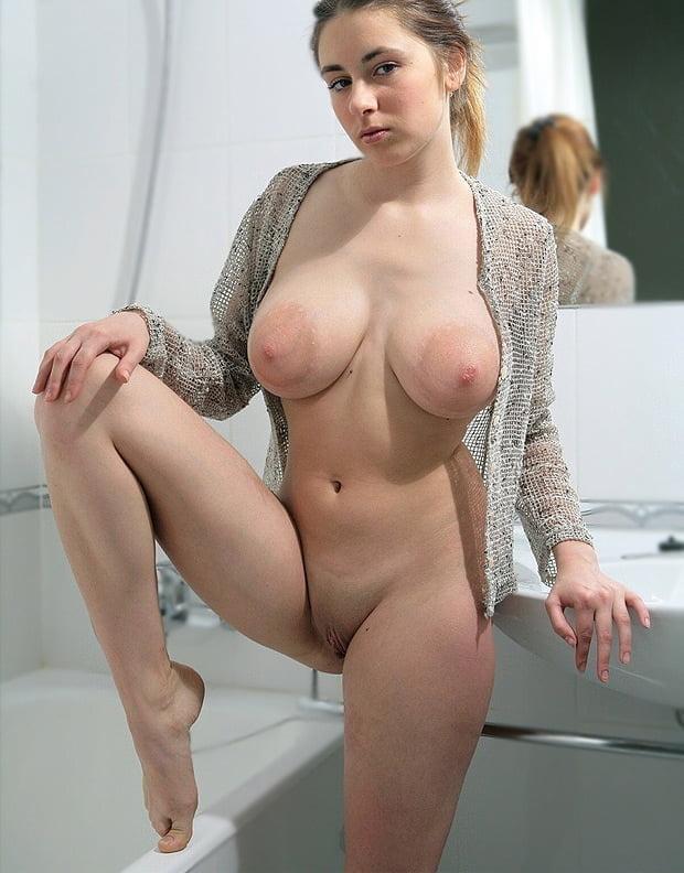 грудь с очень большими ореолами и киска с интимной стрижкой на показ
