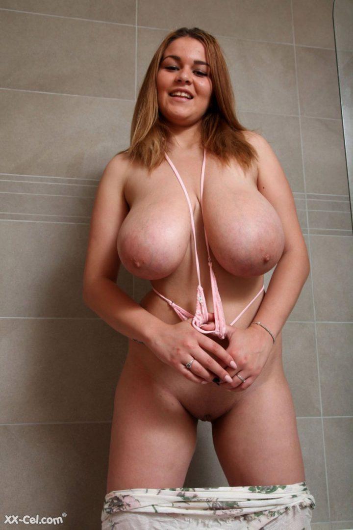 дама с огромными сиськами в ванной комнате безо всего