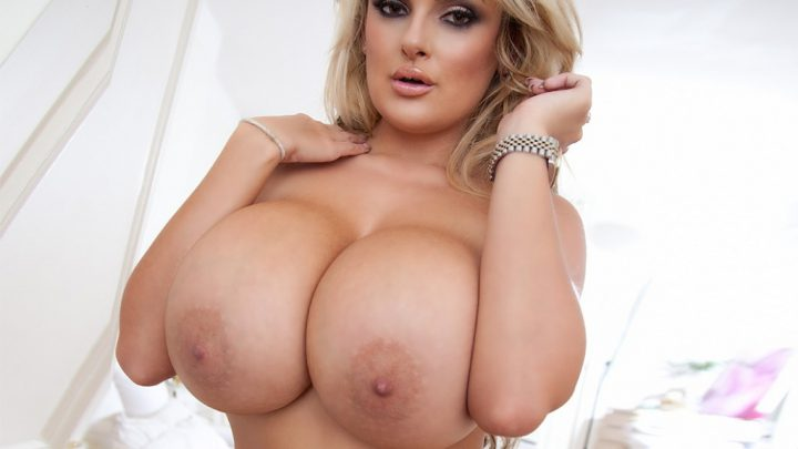 сексуальная дама с огромными сисями