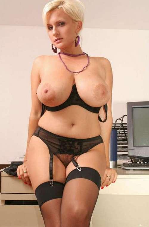 35-летняя сексуальная дама в одних черных чулках