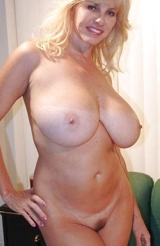 блондинка в возрасте с шикарной фигурой