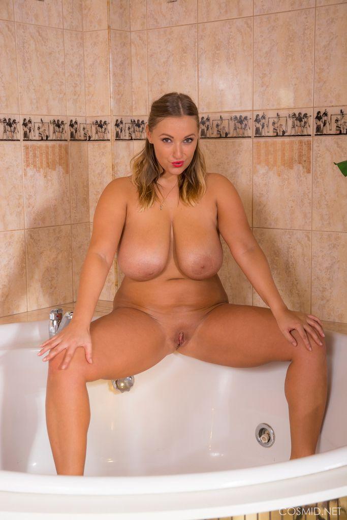 русоволосая красотка с пышными формами в ванне, раздвинув ноги