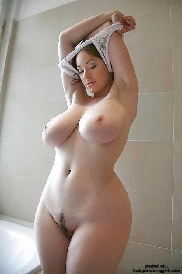 раздевается до гола в ванной комнате дома