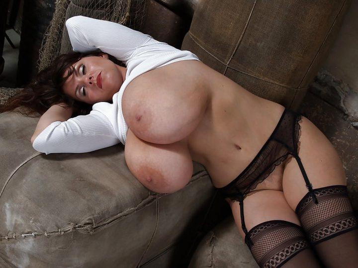 бабенка вывалила свои сиськи и письки и уснула на диване
