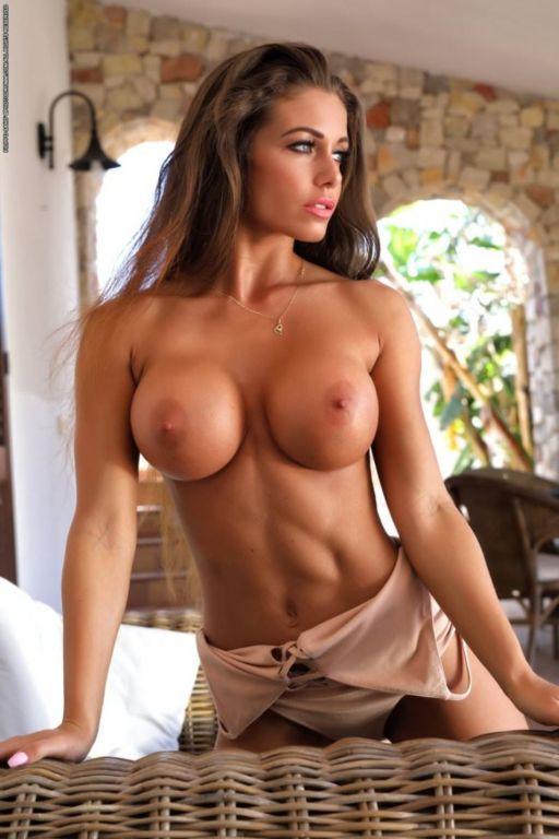 стройная красотка с упругим животиком и идеальной грудью