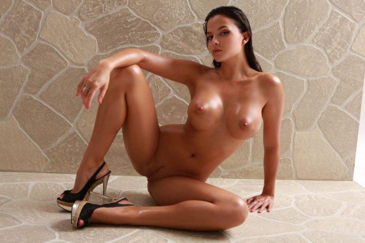 брюнетка раздвинула ноги, показывая все свои женские прелести между ног