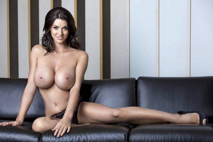 шикарная молодая женщина с идеальной фигурой на черном диване
