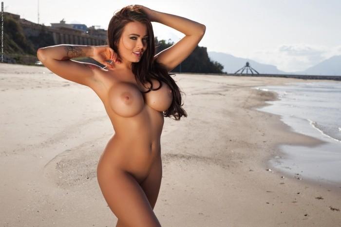 грудастая красивая девушка на пляже голышом
